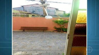 Poste de alta tensão cai em cima de muro e bloqueia rua na Praia do Siqueira, em Cabo Frio - Assista a seguir.