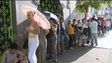Santos e São Vicente têm filas para vacinação - População foi de madrugada aos postos de saúde para tomar a vacina contra a febre amarela.
