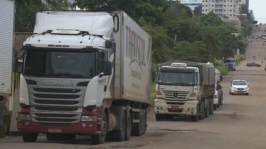 Caminhoneiro tenta jogar veículos contra manifestantes na estrada do Belmont - Cícero Moura.