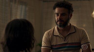 Estela pede que Juvenal vá embora de sua casa - Ela diz que o dono da oficina é preconceituoso por não acreditar que Amaro possa se interessar por ela como mulher