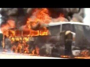 Ônibus de viagem pega fogo em Governador Valadares - Ônibus vinha de Teófilo Otoni e faria uma parada em Valadares; não se sabe as causas que levaram o veículo a pegar fogo e ninguém se feriu gravemente