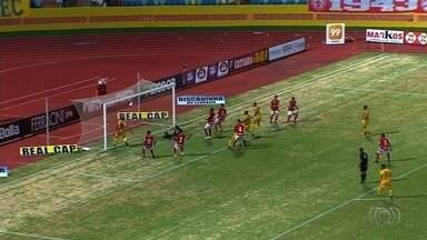 Júnior Brandão perde gol incrível em jogo do Campeonato Goiano - Embaixo do travessão, atacante do Iporá finalizou de coxa por cima da meta