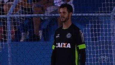 Marcelo Rangel já inicia temporada defendendo pênalti - Goleiro do Goiás se destaca na vitória sobre a Aparecidense