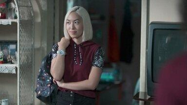 Tina pede para morar na casa de Das Dores - Anderson volta para casa e a menina pergunta se pode ficar para ajudar nos cuidados com o namorado