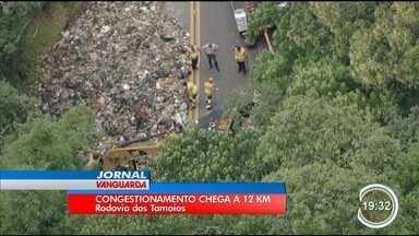Acidente causou 12 quilômetros de congestionamento na serra da Tamoios - Caminhão de lixo tombou.