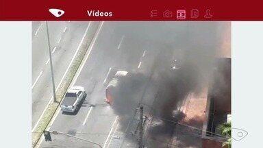 Kombi pega fogo na avenida Norte Sul, perto de Jardim Camburi, em Vitória - Motorista conseguiu sair antes de o fogo de alastrar pelo carro e não se feriu.