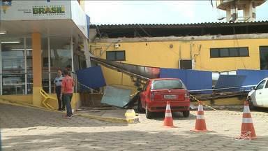 Polícia e Bombeiros realizam vistoria em UPA de São Luís - Parte do teto da unidade desabou em cima de carros e também atingiu a recepção.