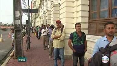 Busca por emprego começa bem cedo no Centro do Recife - Agência tem filas no início da semana