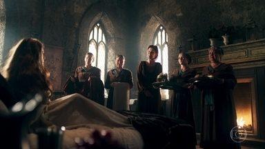 Amália não se sente à vontade com o tratamento de princesa recebido no palácio - A ruiva estranha com todas as governantas lhe fazendo favores