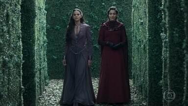 Catarina pergunta a prima porque ainda está solteira - Mirtes justifica a princesa que ainda não se casou porque perde o interesse pelos homens após conquistá-los