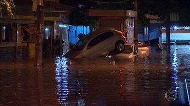 Chuva forte no Rio tem alagamentos e até queda de granizo - Tempestade caiu no fim da tarde desta segunda-feira (22), bem na hora do rush.