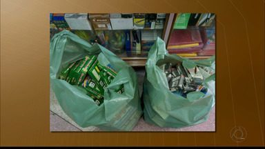 Produtos escolares vencidos foram apreendidos pelo Procon Estadual - Produtos estavam numa livraria.