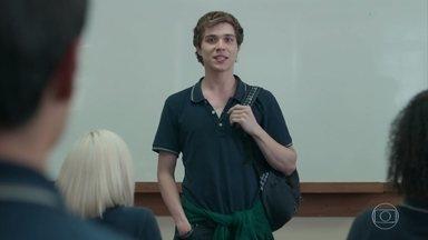 Bóris pede a Gabriel para se apresentar na sala de aula - Ele conta que chegou na cidade para conhecer seu pai biológico, o Roney