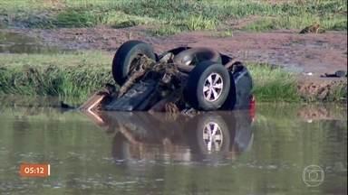 Correnteza de rio destrói parte de rodovia em Hortolândia (SP) - A enorme cratera aberta no asfalto engoliu um carro que passava pelo local. Motorista e passageiros morreram. As intensas chuvas que atingiram a região elevaram em sete metros o nível do Rio Iacri.