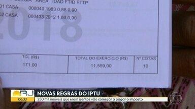 Com novas regras do IPTU, 250 mil imóveis deixam de ser isentos - Quem nunca pagou o imposto reclama do alto valor do carnê. Moradores de Bangu dizem que a cobrança veio muito acima do proporcional ao valor das casas.