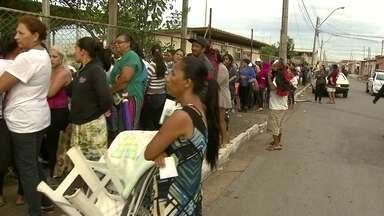 Fila para cadastro no Bolsa Família reúne mais de 300 pessoas - Mias de 300 pessoas esperavam atendimento na porta do Cras de Santa maria. Muitos dormiram na fila para garantir uma senha para se cadastrar no Bolsa Família.
