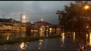 Chuva causa deslizamento e alagamentos na Baixada Santista - Segundo a Defesa Civil de Santos, ocorreu um deslizamento de terra no Monte Serrat.