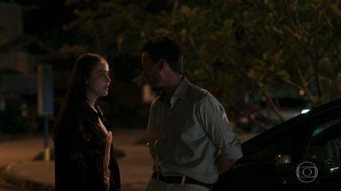 Laura expõe seu medo para Rafael - Ela confessa que pensou em desistir do casamento, mas conta que se aconselhou com Clara