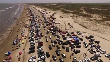 Faixa de areia em praia no Rio Grande do Sul vira gigantesco estacionamento no verão - Uma lei de 1990 proíbe o trânsito de veículos nas praias do estado. Mas, na Praia do Cassino, o costume é mais forte do que a legislação.