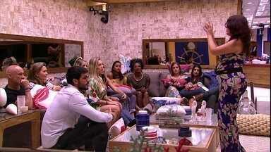 Confinados se reúnem no sofá - Brothers aguardam início do programa na sala