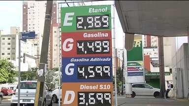 Gasolina mais cara faz consumidor pesquisar para economizar - Para abastecer carro em postos com o valor mais baixo, alguns consumidores acabam procurando postos longe de casa.
