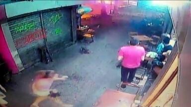 Câmera registra garçom instantes antes de ser baleado no Rio - Samuel Ferreira Coelho, de 24 anos, trabalhava em bar quando foi atingido durante uma perseguição policial a traficantes e morreu, neste sábado (27).