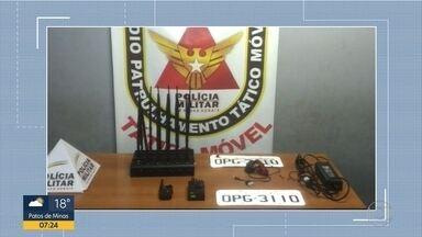 Homem é preso suspeito de receptação de peças de carros roubados, em BH - PM chegou ao local depois de uma denúncia anônima.