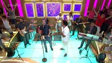 Tuca Fernandes e Denny Denan cantam 'Sou Praieiro' - Justin Neto incentiva os convidados a dançar no palco do 'Encontro'