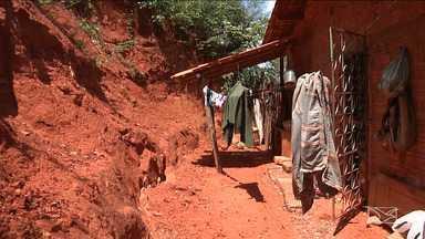 Chuvas ameaçam casas em vários pontos de Caxias - São imóveis localizados nas encostas, com riscos de ser soterrados pelos deslizamentos.