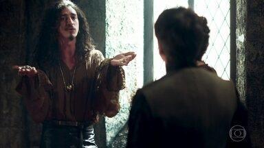 Rodolfo, Petrônio e Orlando tentam escolher presente para Catarina - Os três não conseguem se decidir pela pedra preciosa ideal para a princesa de Artena