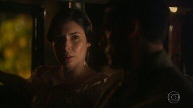 Leonor e Gregório aguardam por Lucinda no carro - Ela está intrigada com as intenções da patroa em ir ao casamento