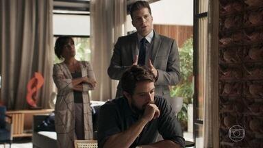 Patrick escuta a conversa de Clara e Renato e afirma que Adriana pode ajudar Laura - Ele explica que a advogada se especializou em uma técnica que envolve hipnose. Elizabeth incentiva Clara a se aproximar de Adriana