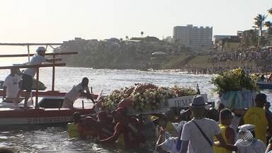 Turistas e baianos entregam principal presente a Iemanjá no mar do Rio Vermelho - Neste ano a oferenda foi uma estrela do mar e também foi entregue diversos pedidos e balaios.
