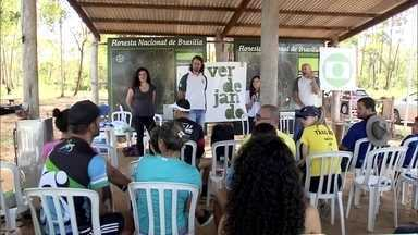 Projeto Verdejando leva consciência ecológica na Floresta Nacional de Brasília - Uma ação do projeto Verdejando levou conscientização ambiental para visitantes na Floresta Nacional de Brasília. Visitantes puderam colocar a mão na terra e plantaram mudas do Cerrado.
