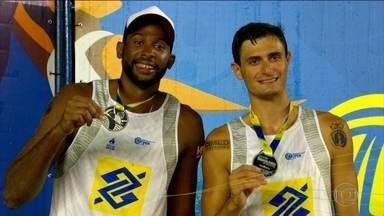 Dupla brasileira campeã mundial de vôlei de praia luta para conseguir jogar sem patrocínio - Dupla brasileira campeã mundial de vôlei de praia luta para conseguir jogar sem patrocínio.