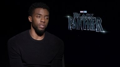 'Pantera Negra' é filme de super-heróis com elenco principal 100% negro - Ele não é apenas um herói da Marvel, ele é um rei, cercado de mulheres, que são a força que defende o trono dele e o cérebro por trás da tecnologia.