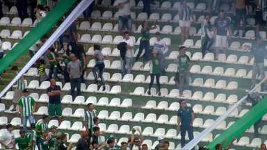 Árbitro relata bombas, bola de papel e sinalizadores durante Atletiba no Couto Pereira - Árbitro relata bombas, bola de papel e sinalizadores durante Atletiba no Couto Pereira