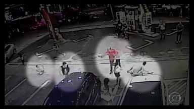 Briga em posto de gasolina por banheiro deixa dois mortos em SP - Banheiro estava interditado e frentistas deixaram mulheres usarem depósito nos fundos. Briga começou quando os homens tentaram usar espaço.