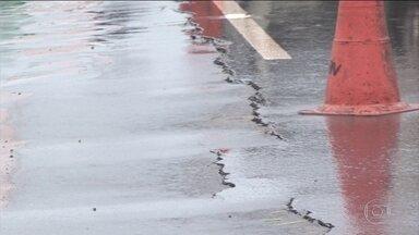 Péssimo estado de estradas está dificultando transporte de grãos - O trecho conhecido como Serra do Maraes está parcialmente interditado para quem viaja para o porto de Merituba, Pará. Na Bahia, a rodovia BR-242 também enfrenta problemas, a chuva abriu uma rachadura na pista.