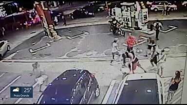 Polícia pede prisão temporária de frentista acusado de matar 2 rapazes - A polícia procura o frentista que atirou em três rapazes e matou dois deles em um posto de gasolina em Pinheiros no fim de semana. Os rapazes estavam em blocos de carnaval e queriam fazer xixi.