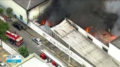 Incêndio destrói fábrica de perfumes na Zona Norte de SP - Rua Amazonas da Silva, na Vila Guilherme, ficou fechada para o trabalho dos bombeiros. Ninguém ficou ferido.