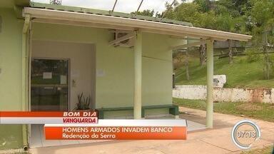 Criminosos rendem funcionários e assaltam banco em Redenção da Serra - O trio conseguiu pegar dinheiro do cofre e, em seguida, fugiu. Valor levado não foi informado.