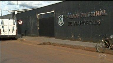 Quatro presos serram grades e fogem de cadeia de Vianópolis, GO - Administração Penitenciária informou que policiais estão a procura dos foragidos. Órgão também abriu sindicância para apurar caso.
