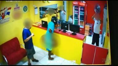 Dupla de assaltantes faz várias vítimas em Foz - As câmeras do circuito de segurança registraram as ações.