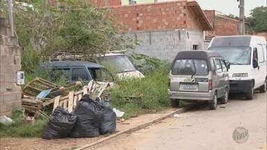 Moradores reclamam do número de carros abandonados nas ruas em Pouso Alegre (MG) - Moradores reclamam do número de carros abandonados nas ruas em Pouso Alegre (MG)
