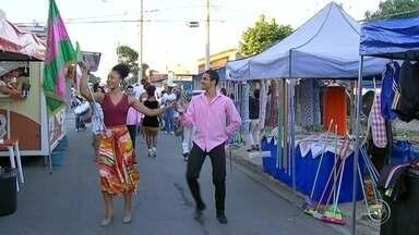 Carnaval invade feiras livres em Sorocaba - Carnaval está invadindo as feiras livres, em Sorocaba. Nesta quarta-feira (7), a bateria de uma escola de samba animou quem foi à feira, no bairro do Éden.