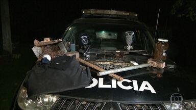 Polícia descobre chácara de quadrilha que atacou carro forte no Paraná - Os policiais apreenderam armas, munição e coletes a prova de balas. Dois bandidos foram mortos .