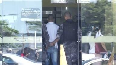 Criminosos brigam por pontos de tráfico em Angra dos Reis - Briga já dura 13 dias e deixa a população aterrorizada. Tiros são disparados o dia todo. Duas pessoas foram vítimas de balas perdidas.