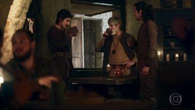 Martinho, Tiago e Afonso comemoram a gravidez de Amália - Martinho diz que Tiago precisa conhecer uma mulher para dar um neto pra ele também