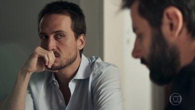 Rafael discute com Vinícius e pergunta a Lorena sobre a infância de Laura - O médico conversa com Renato sobre a experiência da esposa com a hipnose e explica que não pode obrigá-la a voltar para uma nova sessão com Adriana